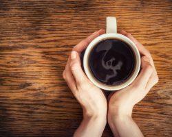 Tomar muito café pode provocar gastrite e refluxo?